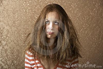 mulher-nova-com-cabelo-desarrumado-5717907